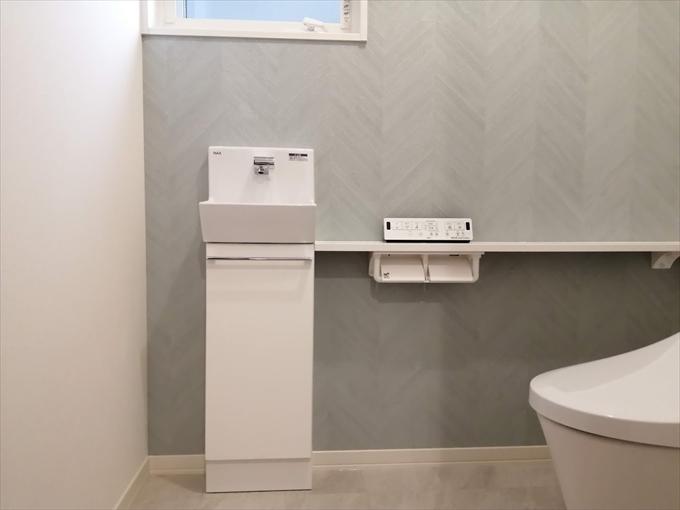 アクセントクロス FE-6014(サンゲツ) クッションフロア HM-4079(サンゲツ) トイレ ベーシア ピュアホワイト(LIXIL) トイレ手洗 コフレルスリム ホワイト(LIXIL)