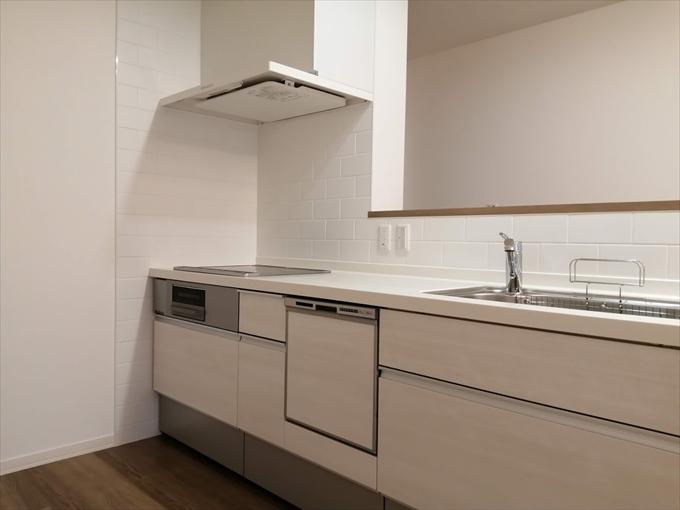 壁タイル マジスカホワイト10-20(サンワカンパニー) システムキッチン シエラ クリエホワイト+ベーシックホワイト(LIXIL)  床 VERITISベリティスフロアーS エイジドチェスナット(Panasonic)